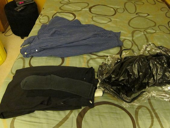 Separo minha roupa para o próximo dia.  Preciso fazer de noite porque não consigo fazer de manhã no escuro.