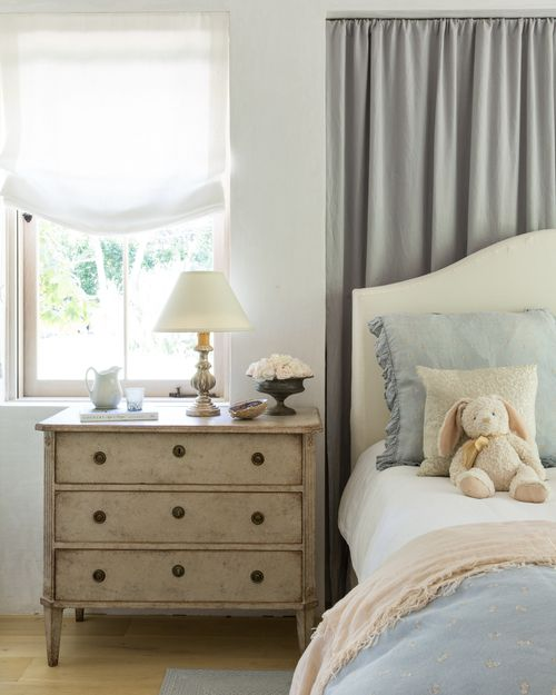 Romatic French country bedroom. Giannetti Home. European Farmhouse Rustic Decorating Ideas.