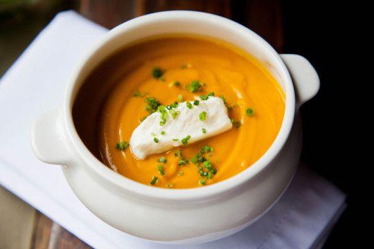 Pomodori: sopa de abóbora cremosa com creme azedo e cebolete