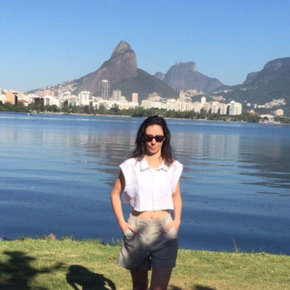 Crop in Rio II - Nossa camisa cropped na Lagoa. Este e outros disponíveis na nossa loja, ver link em bio.