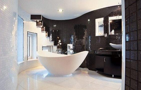 Modernes Bad in schwarz mit freistehender Wanne #deko #dekoration #dekorationsidee