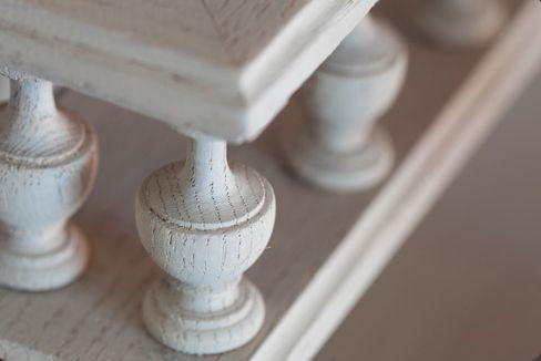 EEN NIEUWE LOOK VOOR JOUW MEUBELEN Oude meubelen opknappen begint altijd met het verwijderen van de oude beschermlaag: verf of vernis. Verder leren we ook hoe je meubelen kan logen (verouderen of vergrijzen) en meubelen kan bleken, kleuren en ceruseren. We werken op een stuk van uw eigen meubelen. Cursus : http://www.lapeinturette.be/index.php/cursussen/cursus-aanbod/50-restaureren/102-nieuwe-look