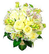 Rosas Brancas Nacionais, Angélicas e Alstroemérias importadas brancas compõe este lindo bouquet com acabamento em cetim pérola.