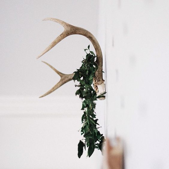 greenery on antlers // minimal holiday decor