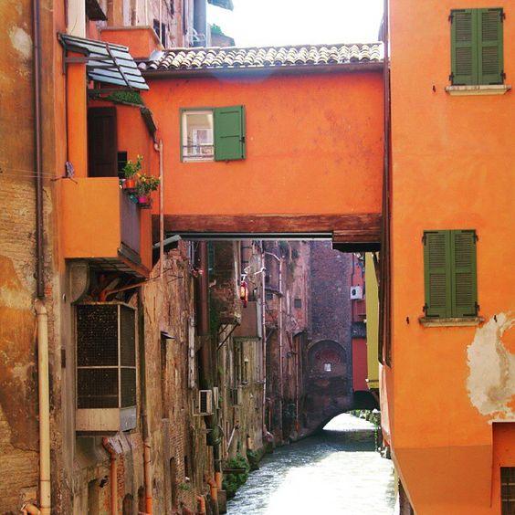 """#Bologna e seus segredos: por baixo da cidade escorrem mais de 60km de canais. E alguns deles ainda podem ser vistos entre os prédios. A cidade já teve o seu """"quê de #Veneza"""", com um porto e muita navegação - Instagram by turismoroma"""