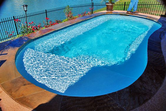 Small pool design with for water arobics with a tanning for Pool design with tanning ledge