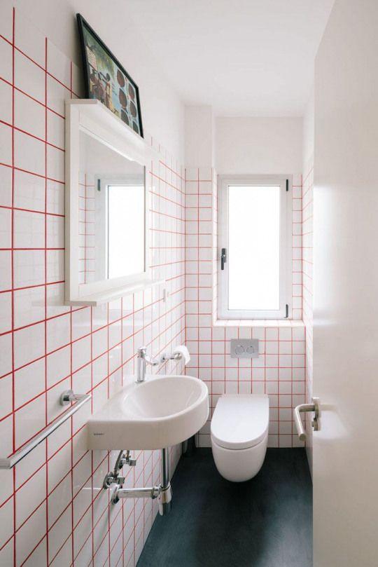 Petite Salle De Bain Moderne Carrelage Blanc Joints Rouges Sol Noir Bain Moderne Bathroom Ba Bathroom Tile Inspiration Bathroom Wall Tile Bathroom Interior