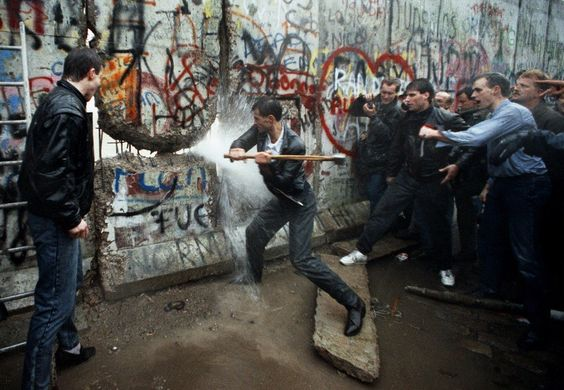 9 novembre 1989, Guerra Fredda: cade simbolicamente e fisicamente il Muro di Berlino che divideva in due la città dal 1961.