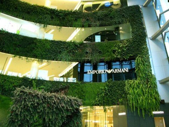 centre commercial moderne avec murs et balcons végétalisés