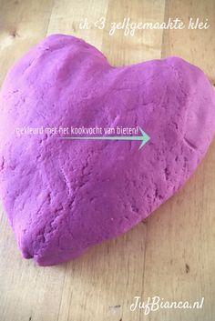 Deze zelfgemaakte klei (speeldeeg) is lekker soepel, en ruikt heerlijk. Wist je dat je de klei kunt kleuren met bijvoorbeeld het kookvocht van bieten? Je vindt het recept op JufBianca.nl