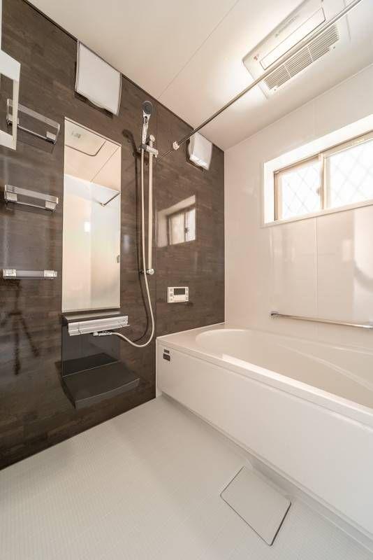 洗面収納に可動造作棚 クローゼット付き玄関の明り窓と換気には