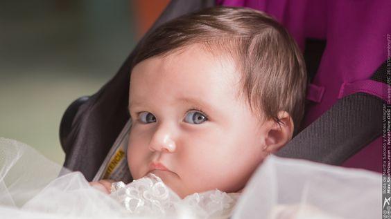 Que ojos de la bebe!!! http://max.souffriau.com/boda-de-martha-salcedo-y-andres-villagran/