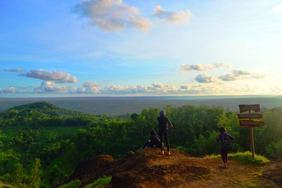 Suka Selfie ? Coba Datangi Spot Keren Di Puncak Ngekong - http://yukdolanjogja.com/wp-content/uploads/2016/01/Puncak-Ngekong-2-1024x682.jpg - http://yukdolanjogja.com/suka-selfie-coba-datangi-spot-keren-di-puncak-ngekong/ -  #Alami, #GunungKidul, #Natural, #Object, #Puncak, #PuncakNgekong, #Selfie, #SpotSunset, #Sunset, #View, #WisataAlam, #Wonosari, #Yogyakarta, #Yukdolanjogja