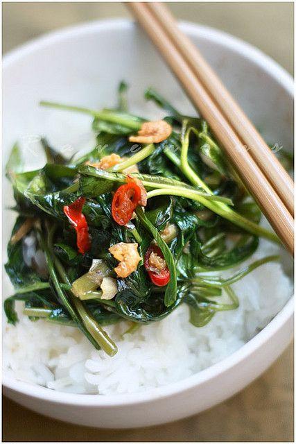 Kangkung Belacan (épinards d'eau, ou water spinach).  Sautés, frits, en sauce et sur riz. (Indonesian Food)