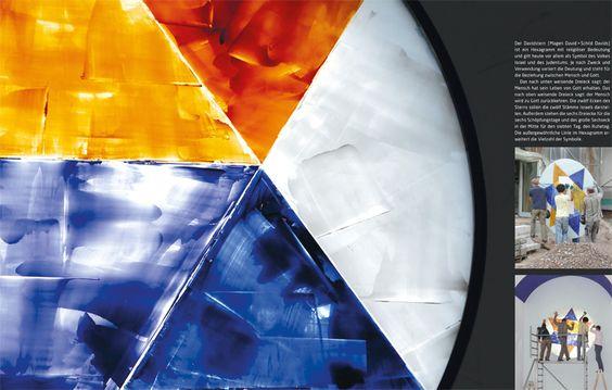 Montage eines großen Rundfensters mit der Darstellung des Davidsterns in der Kopfwand der kleinen Synagoge.