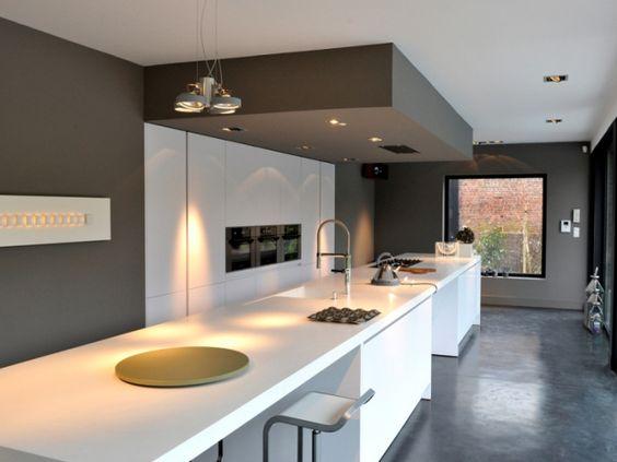 Moderne keuken • zwart wit • hoge eettafel • eiland • spanplafond ...