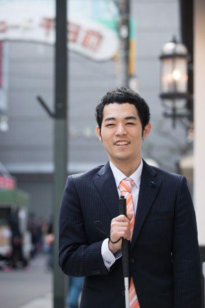 笑顔で歩く濱田祐太郎さん