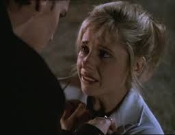 Sarah Michelle Gellar with a small fringe in th TV show Buffy the Vampire Slayer. Sarah Michelle Gellar avec une très courte frange dans la série Buffy contre les vampires.