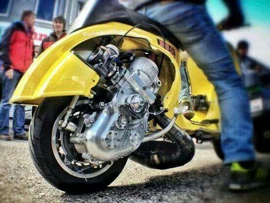 :O no se que motor sea pero esta genial #scooterclassic #vespa #amarilla #motor #power #mottoneta