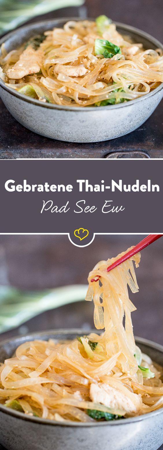 Pad See Ew klingt kompliziert, ist aber extra einfach: Hähnchen, Pak Choi, Knoblauch und Reisnudeln im Wok anbraten - fertig ist das originale Thai-Gericht.