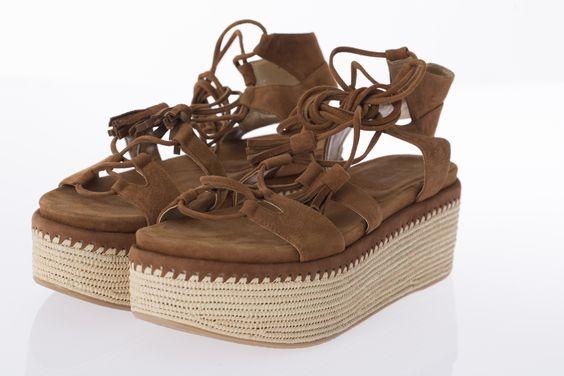 Sandales Romanesque plateformes et lacées cheville, STUART WEITZMAN, 575$ * 39. Romanesque platform sandals with ankle straps, STUART WEITZMAN, $575