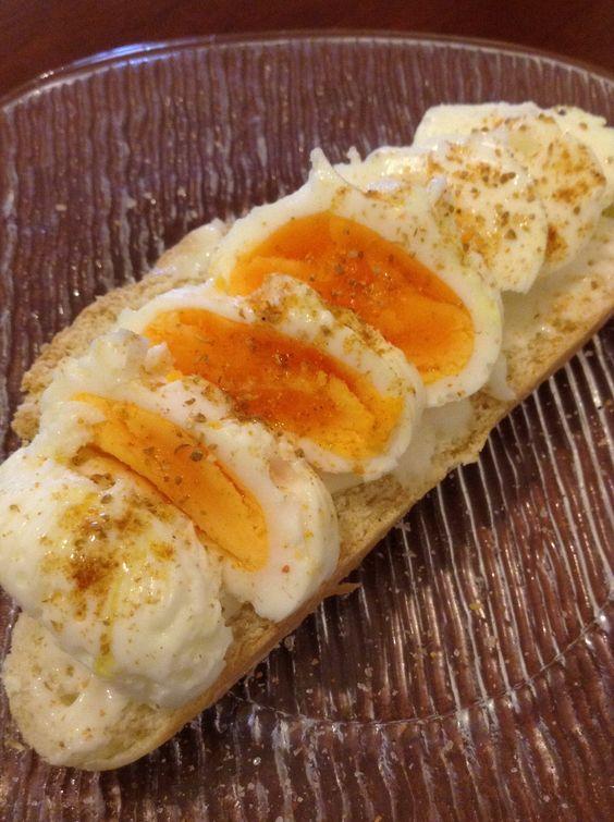 PÃO COM OVO pão branco caseiro e ovo poché fatiado