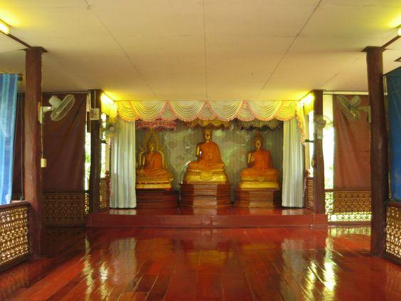 Dhammasala nhìn từ ngoài vào