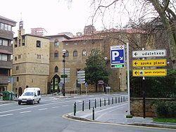 Guipuzcoa Zarauz - Torre de los Zarauz (actual campanario y Museo de Arte e Historia) y parroquia de Santa María la Real.
