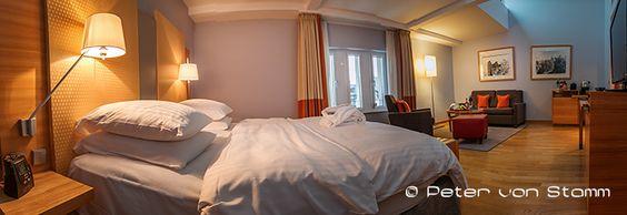 Hotel-Test: Das 5-Sterne Hotel Hilton Cologne in Köln Bei meiner Ankunft in der Lobby des Nobel-Hotels Hilton Cologne tauche ich in ein internationales Sprachgewirr von Teilnehmern einer Computerprogramm-Entwicklerkonferenz, die gerade in einem der 12 Tagungsräume des 5-Sterne-Hauses in Köln stattfindet. Die Gäste sind aus den USA, Asien und Europa angereist. Von einigen wenigen klassischen Koffern abgesehen, beherrschen an diesem Tag Businesstrolleys und Laptop-Taschen ...