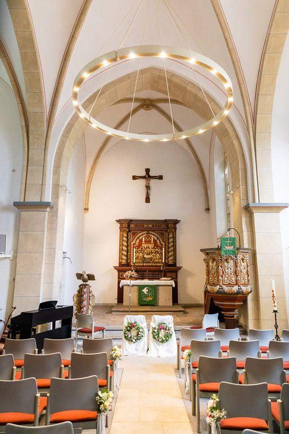 Welche Kirche Eignet Sich Am Besten Fur Eure Hochzeit Kirchen Kronleuchter Modern Hochzeit
