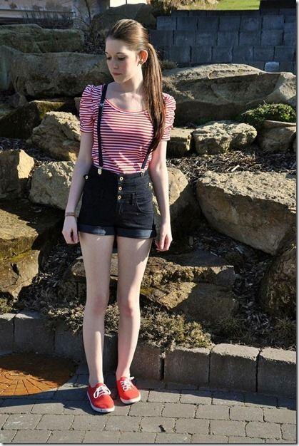 short cintura alta + camiseta listrada + suspensórios