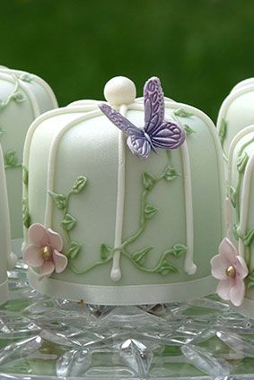 A pretty vintage birdcage style cake with butterfly detail. Mix and match with a co-ordinating cupcake design or fresh flowers to create a stunning centrepiece. Mini cakes are available in fruit, lemon, vanilla or chocolate.