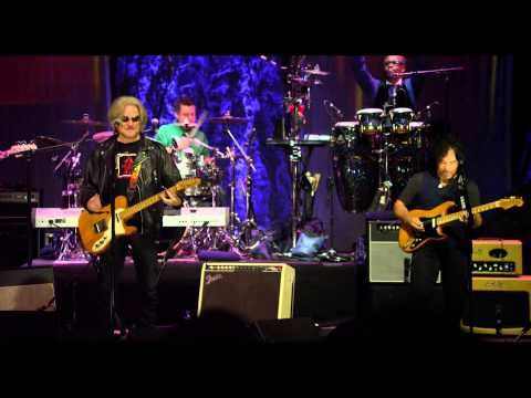 """Daryl Hall & John Oates """"Maneater"""" - Live in Dublin AXS 2015 TV Really nice new spin..."""