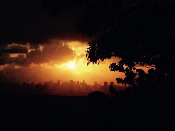 Pôr-do-sol visto de Olinda, PE ( Brasil).  Os prédios são de Recife