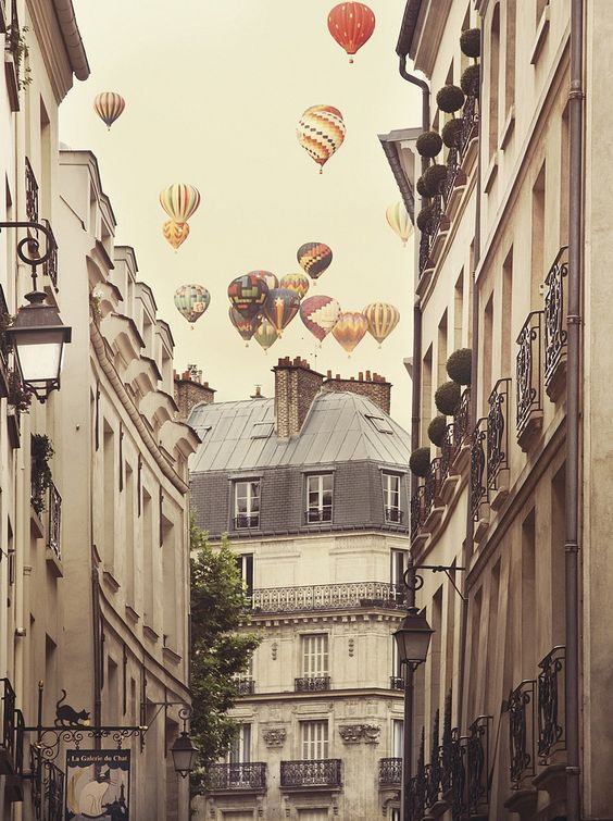 Amazon.de: Flying Over Paris Kunstdruck Irene Suchocki - Kunstdruck (46cm x 60cm)