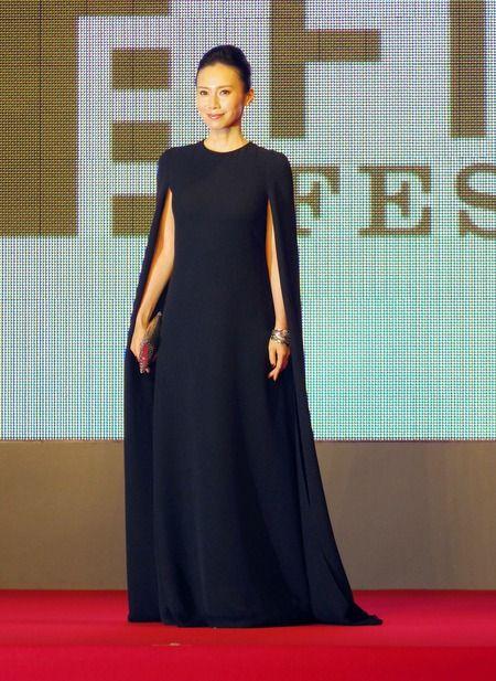 中谷美紀東京国際映画祭で真っ黒のロングドレスを着る美しい画像