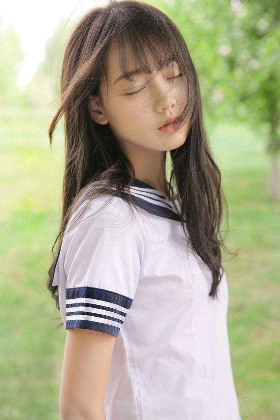 長髮飄逸制服美少女 閉目享受自然的氣息》Cute Girl Pretty Girls 漂亮、可愛、無敵、青春活力