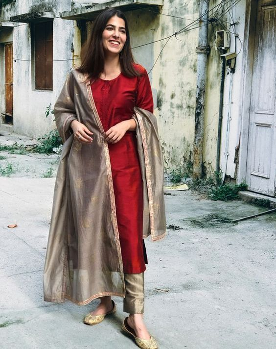 Top 30 Plain Punjabi Suits With Contrast Dupatta Latest Punjabisuits Color Combination Ideas 8 Silk Kurti Designs Kurti Designs Indian Designer Suits Stunning red color designer blouse with floret lata design hand embroidery gold thread work. top 30 plain punjabi suits with