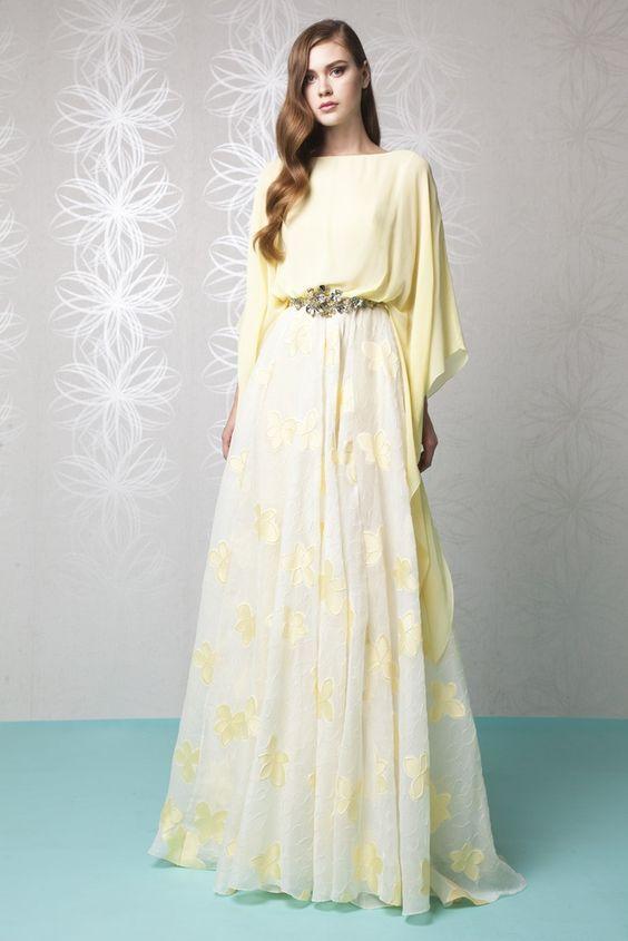 Пастел Amarillo vestido de una línea с едно горно яке ескот Жоржет кимоно, y adornado с un accesorio de correa en la falda цветен Gazar cloque.