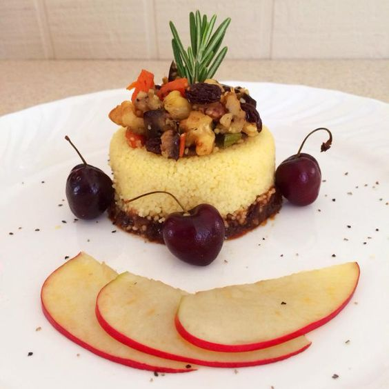 Couscous Marroquino com Legumes Salteados, Frutas Secas e Nozes sobre Purê de Ameixa com Maçã