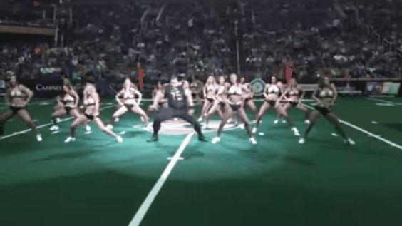 Se cuela en la coreografía de unas animadoras y demuestra ser el que mejor baila (VÍDEO)