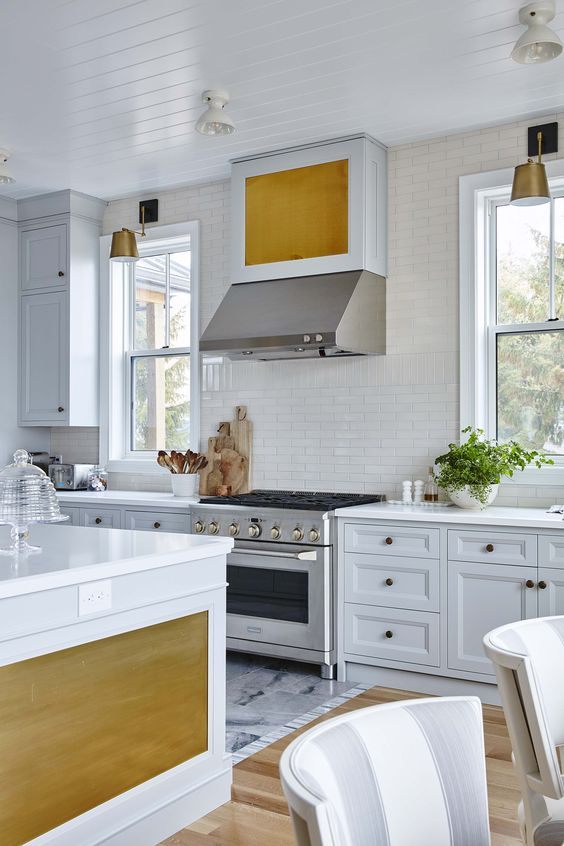White and grey farmhouse kitchen by Sarah Richardson with brass hardware. #SarahRichardson #brasshardware #kitchendesign