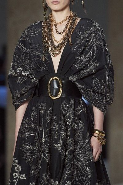 Exaggerated volume/ Alexander McQueen Spring 2020 Ready-to-Wear Collection -