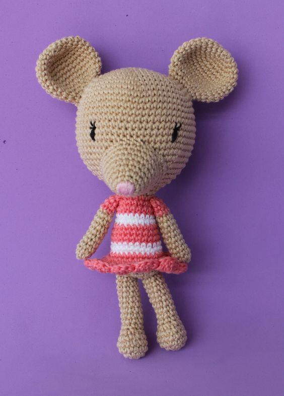 Rata Catarina <br>Feito em crochê com linha 100% algodão mercerizado. <br>Olhos e nariz bordados. <br>Enchimento com fibra acrílica. <br> <br>Altura 21cm.