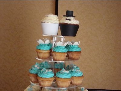Cute bride and groom cupcake