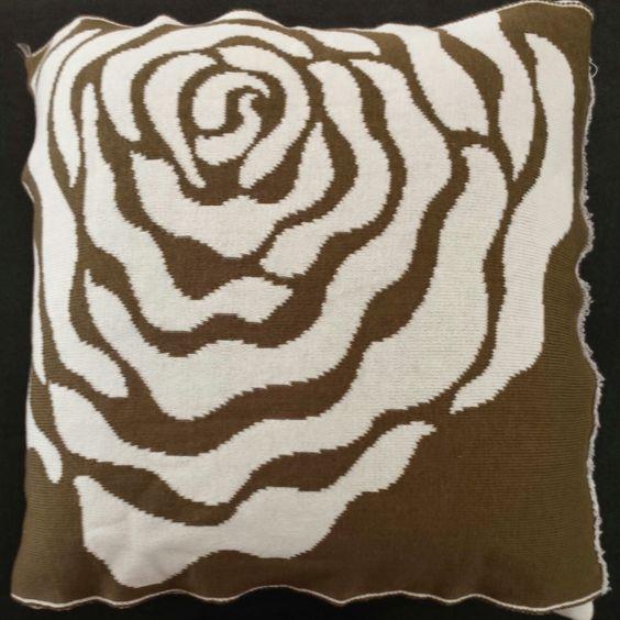 Almofada com estampa de rosa estilizada 45 cm X 45 cm. Com ou sem recheio. Confeccionada em fio de alta qualidade 50% acrílico 50% algodão. Com Zíper. Com e sem recheio. Confiram!