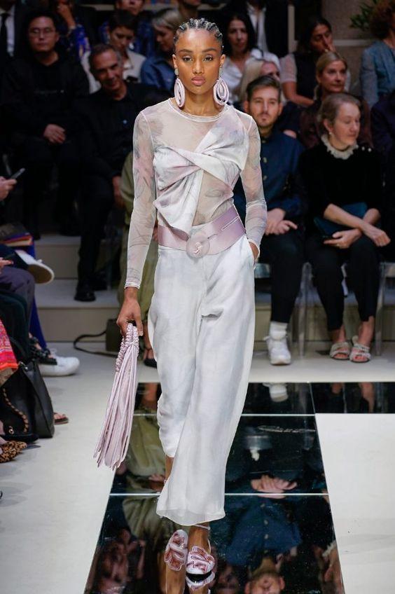 Tendenze moda primavera estate 2020 - gusto bon ton con tocchi di colore lilla