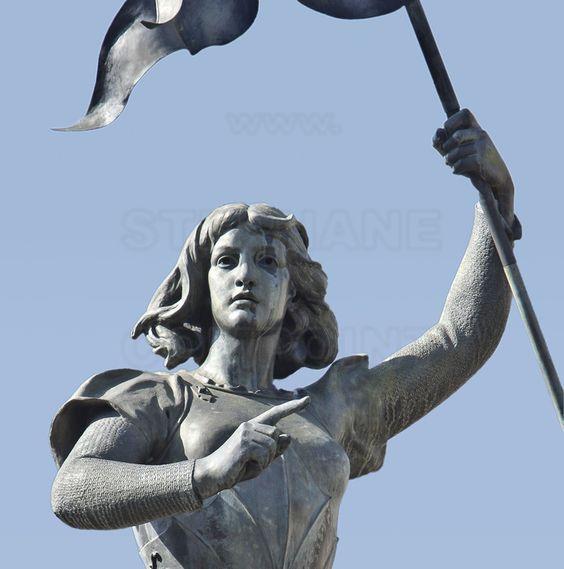 Compiègne, où Jeanne d'Arc fut capturée par les Bourguignons le 23 mai 1430. Place de l'Hôtel de Ville : Au centre de la place, une statue de Jeanne d'Arc réalisée par le sculpteur Etienne Leroux en 1880.