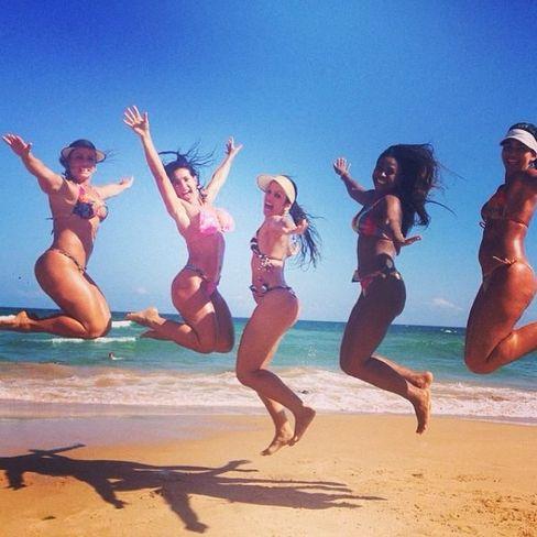Scheila Carvalho se despede de 2013 com foto com amigas na praia - Rede Social