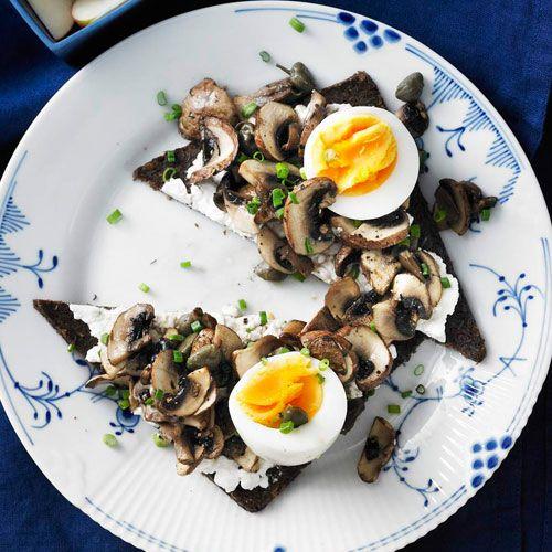 Mit Champignons schmecken Brote gleich viel aufregender. Noch Ei, Frischkäse und Apfel dazu und aus dem Pumpernickel wird eine schnelle, leckere Mahlzeit. Foto: Thomas Neckermann